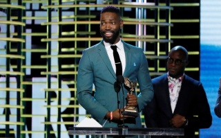 "Tarell Alvin McCraney and Barry Jenkins accept the Best Screenplay award for ""Moonlight"" at the 2017 Film Independent Spirit Awards in Santa Monica, Calif., Feb. 25, 2017. (Mario Anzuoni/Reuters)"